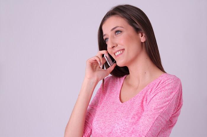 笑顔で電話する女性