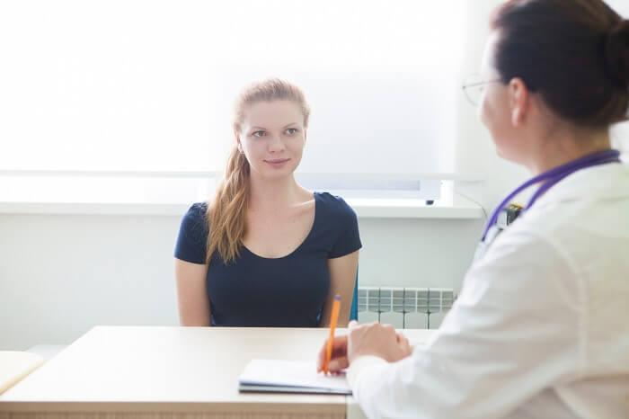 カウンセラーと話す患者