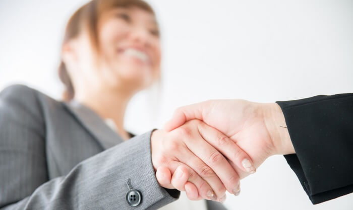 営業マン 女性 握手